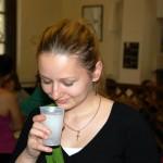 Oximixet ivó lány képe